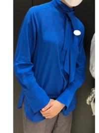 ある元タカラジェンヌさんの私服なのですが、自力で3時間以上調べても同じものが見つからずこちらで質問させて頂きます。 こちらの青のブラウスは、どちらのブランドのものでしょうか? 本当に気になって気になって仕方なくて、最後の頼みの綱です。 よろしくお願いいたします。