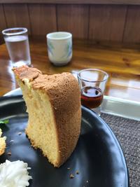 シフォンケーキについてお尋ねします。 お店でこのようなシフォンケーキをいただきました。私の作るシフォンケーキは外側がこのように綺麗なテカテカの茶色になりません。 何か原因があるのでしょうか よろしくお願いします
