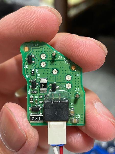 LED基板、実装LEDチップについて詳しい方教えて下さい。 こちら、車で使われているインジケータのLED基板ですが、チップLEDが何V駆動なのか不明です。 この写真から何か分かることはありますか? ち