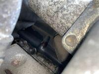 インタークーラーの真下にあるエンジンヘッドカバーの写真なのですがこの滲みはエンジンヘッドカバーパッキン部からのオイル漏れなのかインタークーラーからのブローバイで滲んでいるのかどちらか大まかに判別できる 方はおられますでしょうか?  参考として エンジン→1KZ インタークーラーからのブローバイの汚れは写真には写っていませんが反対側からはあります。