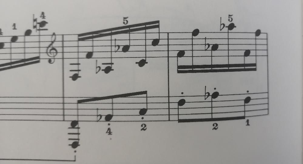 クラシック得意な方、よく弾かれる方、このオクターブを上り下りする時、 音を外してしまいます。 ゆっくりだと弾けますが、早くすると音を外してしまいます。 この部分に来ると演奏が遅れてしまいます。 練習