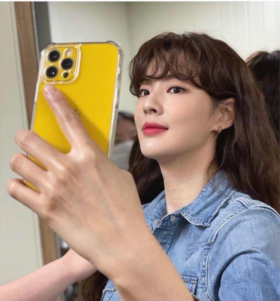 この画像の方は韓国の女優さんなのですがiPhone12proって黄色出てないですよね?