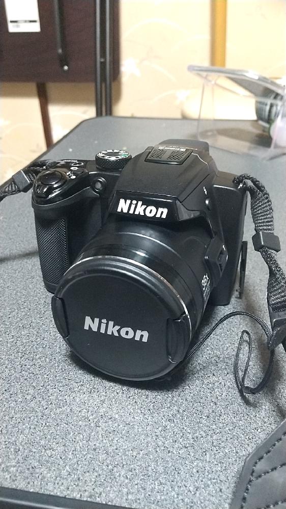 この画像のカメラについて解説して欲しいです。自分は旅をしてを写真を撮っていこうと思っているものです。そこでカメラを買おうと思ったのですが家にこの画像のカメラがありました。 放置されていた様子でしたが充電したら普通に起動して使うことが出来ましたので特にダメでなければこのカメラを使おうと思っています。わかる情報がニコンというメーカーであるということだけで他はよく分かりません。そこでこのカメラがなんという機種なのか、どのような特徴があるのか、また、景色や食べ物を撮るに向いているのかについて教えてください。 追記:スマホのカメラの方が良いですといった回答は控えてくださると助かります。あくまでスマホで撮るのではなくカメラで撮りたいのです。よろしくお願いします。