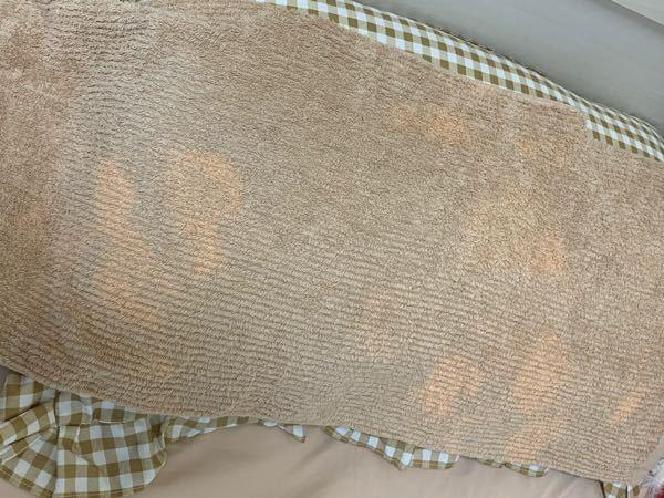 新品のタオルを枕に被せて寝て起きたらマダラになっていました。 1度洗濯してから使い始めたのですが寝る前はマダラではなかったです。 原因はヘアオイルか寝る時に顔に塗っているニキビの薬だと思うのです...