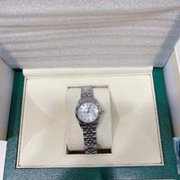 悩んでいるので相談させてください。 32歳自営業の女で、先日出産の記念にずっと欲しかった一生モノの時計を買いました。 当初はカルティエ のタンクフランセーズかパンテールを検討していたのですが、ロレックスを着けた途端にビビっときてしまい…!  コンビが似合わなかったので、WG/SSのジュビリーブレス、文字盤はシルバーのローマを購入しました。 合わせやすそうで嫌味がないデザインが気に入り...