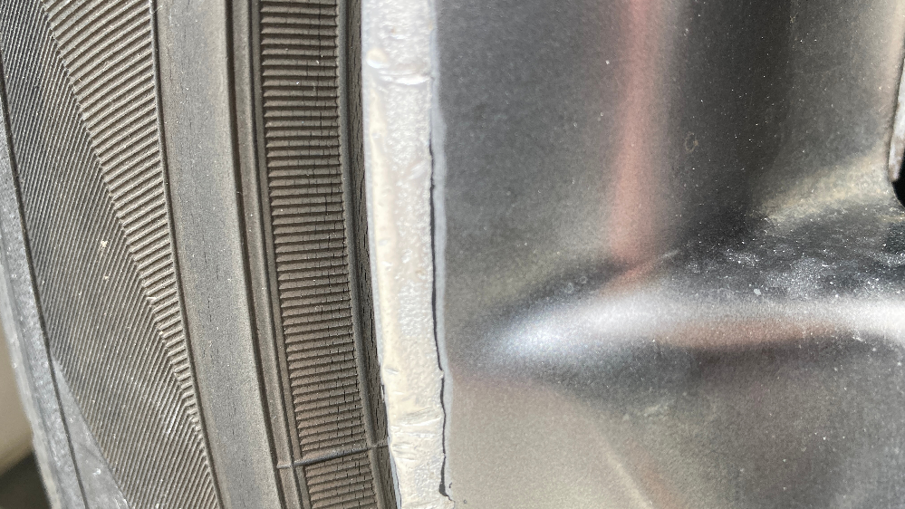 アルミホイールを磨くと輪郭?磨いた箇所の縁が黒くなるのですがこれは何か反応しているのでしょうか? それとも下地がこういう色なのでしょうか? ヤスリやピカールや耐水サンドペーパーを使用しました。 ピカールや耐水サンドペーパーで磨くと黒くなります。 黒くなった箇所はヤスリで削れば取れます。