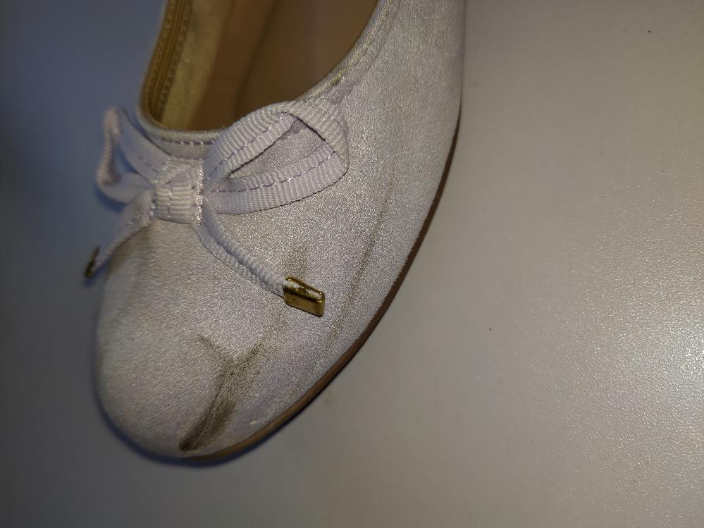 靴の汚れについて 画像の汚れをきれいにしたいのですが、落とす方法はありますか?