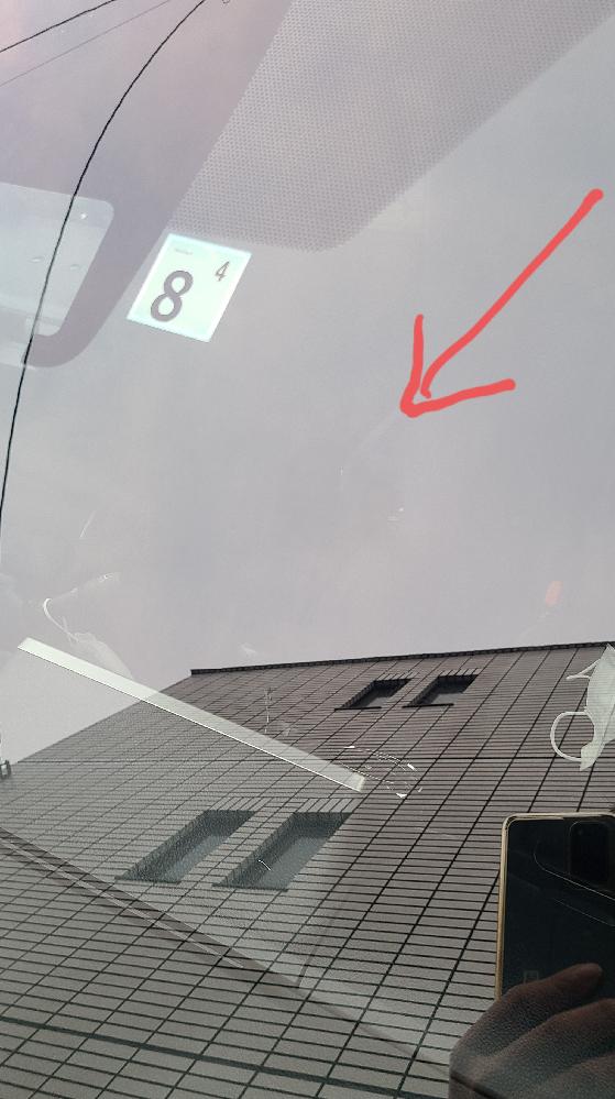 原因が何かわかりません。 フロントガラスに、直径30ミリぐらいの多少いびつな透明なシミ?汚れ?ムラがありました。 撥水材が剥がれたわけでもなく、塗りムラでもなさそうです。鳥が当たったのかと、クリーナーで拭いてもダメでした。 もちろん、内窓も拭きましたが変わらずです。 わかる方いらっしゃいますか? 画像見づらくすみません。