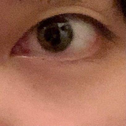 ※閲覧注意! 私は目がグロい感じで四白眼で全く可愛くありません。 よく気持ち悪いと言われるのでいつもアイメイクはせず眼鏡をかけています。 やはりカラコンやメイクはせずメガネをかけ地味な服装をして...