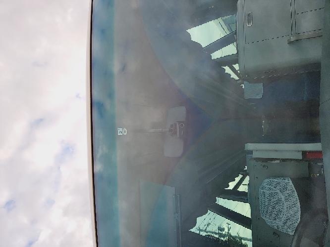 以前にも質問しましたが大型観光バスのフロントガラスのワイパー以外部分に焼きつけた感じの色が少し浮き出ていますが当方でウロコ取り溶剤やキイロビンでもとれませんでした。 この焼きつけたシミを取れる方法を教えてもらいたいです。
