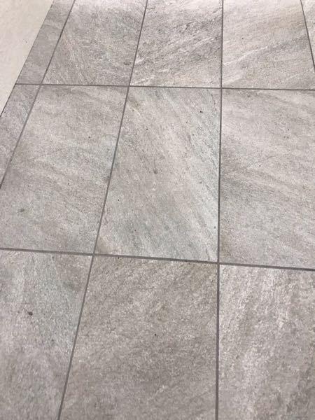 床材について。マンションの大規模修繕で床の張り替えを検討中です。 通勤に大阪梅田を経由するのですが、阪神百貨店地下のエントランス、北側通路などに使われている白っぽいタイルは何という物でしょうか?価格、 マンションのエントランスには適するのか等も教えて頂ければ嬉しいです。