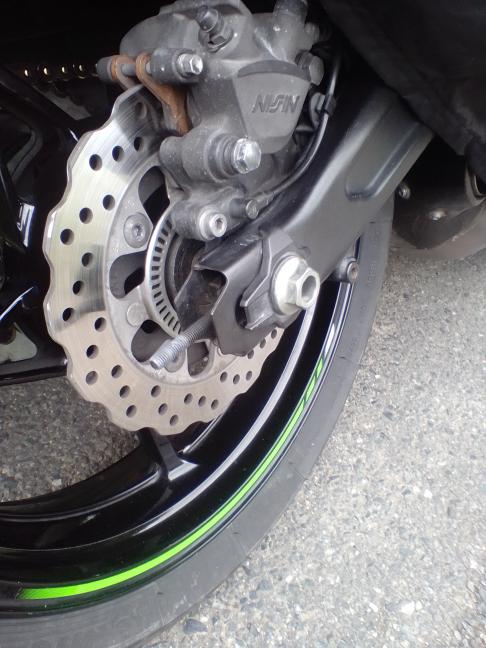 スイングアームのピボットシャフトの交換後ですが、走行中うっかりバイクの部品を落としてしまいました。チェーン調整用のダブルナットの締め付けが弱かったようです。 \(^o^)/ うっかりミスを無くすにはどうしたら良いでしょうか?。