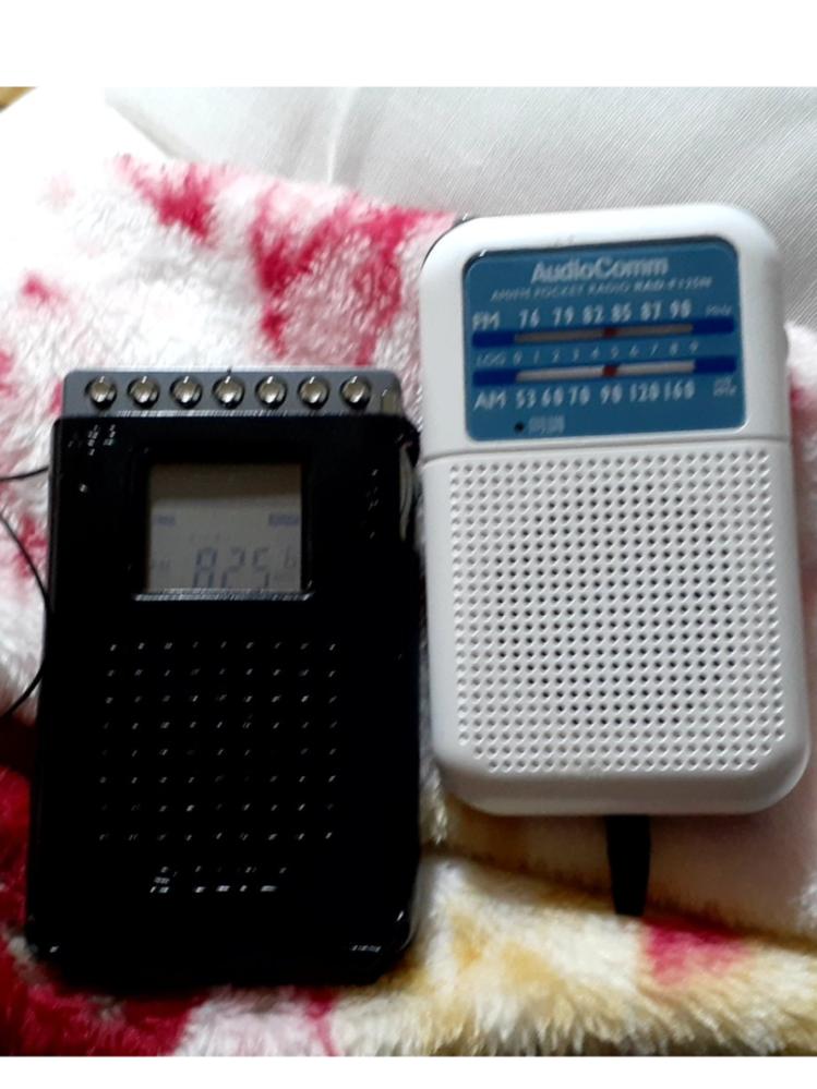 このラジオの名前を教えてください 昔の画像です 母は「忘れたけど1990年くらいからあった」と言っています 右はAudioCommって書いてるので少しわかりやすいです 左が全くわからないのでずっ...