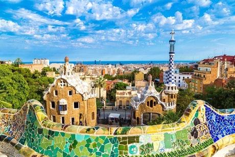 【観光地クイズ・スペイン編】*最初の正解者がベストアンサー* ここはどこ?また、ここの制作に関わったスペインの有名な建築家は誰?