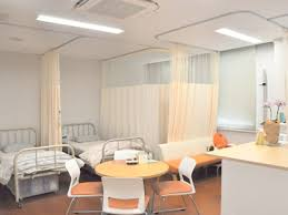 保健室で授業さぼったことある人? 感想を聞かせてください。 私は部屋中が「薬品臭い」のでどうもリラックスできませんでした。