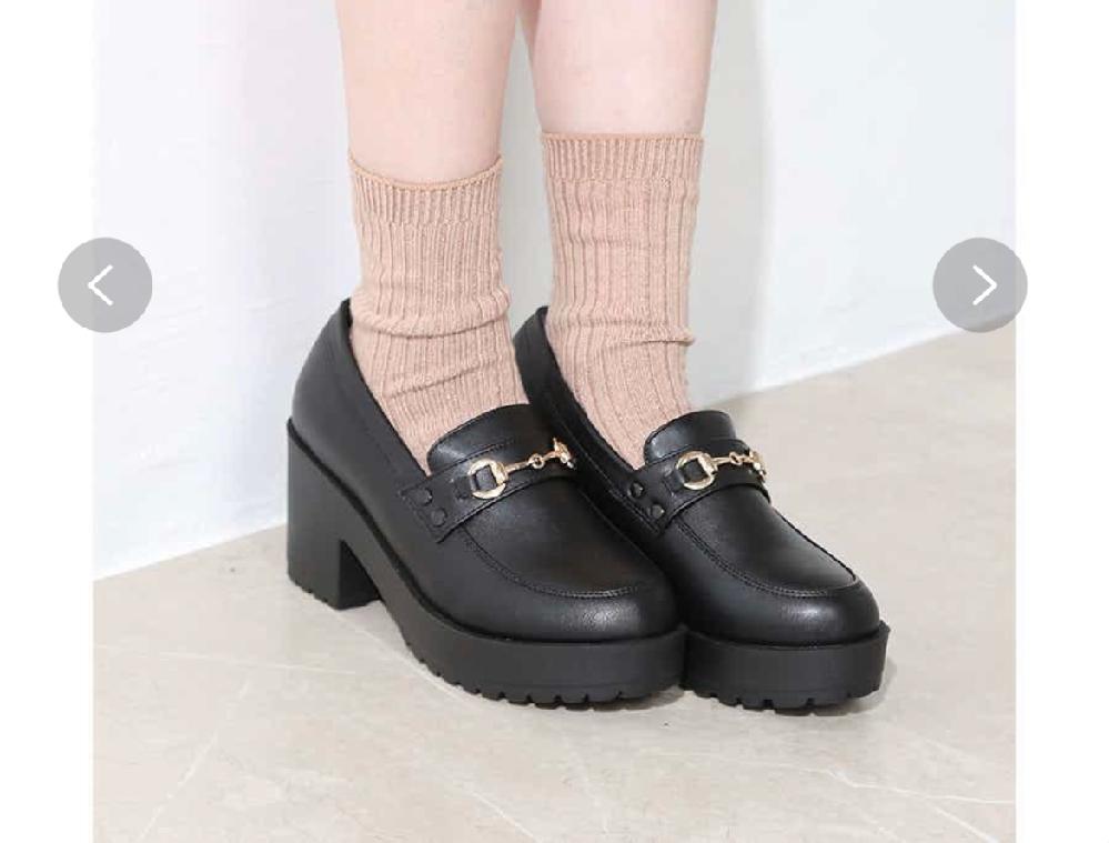 画像の靴を履くと身長は何センチ高くなりますか? この靴のヒールは7cmでストームは3cmです。 身長152なんですけど、160くらいになっちゃいますかね、?