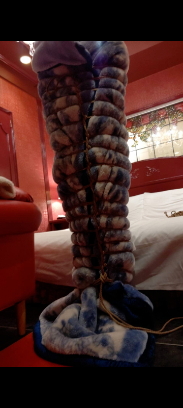 この毛布にぐるぐる巻きで縛られてる人! どんなことされてると思いますか? またこのあとどうされると思いますか?