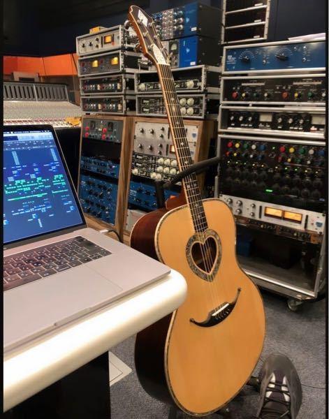 このギターのメーカーと品名教えてください。 写真ではわかりづらいですが、ハートの部分が貝殻の裏みたいな感じでキラキラしています。