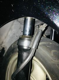 ヤマハのジョグ SA16Jのフロントフォークについて 画像のようにオイルが漏れてる?ようなんですが、これはどう言う状況だと推測できますか?  また、フロントフォークの交換が必要でしょうか?