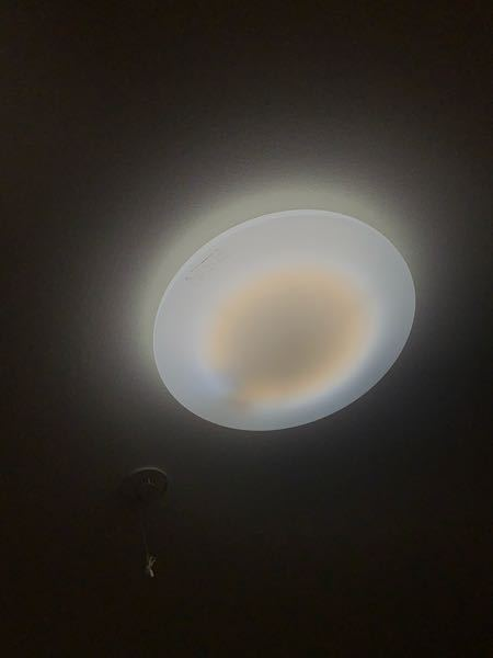 こういう形の照明を交換以外の形でできるだけ安く暗くする方法はありますか? 照明が切れた際に色味が優しいものにしようとしたのですが予想以上に明るくて困っています。 写真の周りくらいですが、実際に...