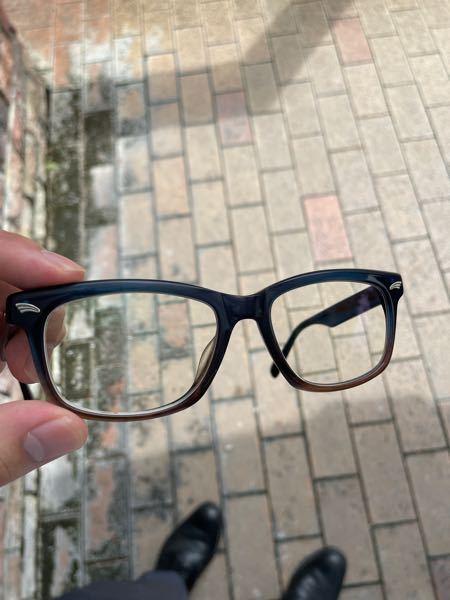 メガネのブランドを探しいています。 6年以上前に購入したメガネで、メーカー名は刻印されておらず、羽か片翼をモチーフにした銀色のエンブレムが付与されています。 購入時、確か海外(ドイツ?)のブランドと説明されたと思います。 写真を添付します。 心当たりのある方、ご教授いただけないでしょうか。