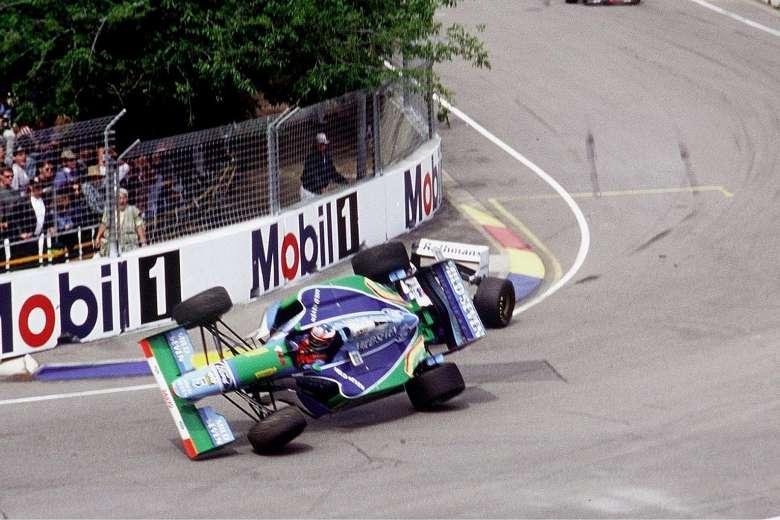 F1イタリアGPてのフェレスタッペンてブツけに行っていますよね。 ・・・・・・・・・・・・・・・・・・・・・・・・・・・・・・・ よく分からないのですが。 モンッアではホンダのパワーではメルセデスを抜けないという前評判でしたが。 よく分からないのですが。 レッドブルがタイヤ交換失敗でハミルトンに抜かれたフェレスタッペンはもう抜きかえすチャンスがないのでハミルトンにブツけに行ったのでは。 よく分からないのですが。 同士討ちになればフェレスタッペンのほうが得するということになると思うのですが。 よく分からないのですが。 フェレスタッペンはブツけに行っていますよね。 と質問したら。 タイトル争いなって意地と意地がブツかることはあってもマシンをブツけるようなことはしない。 という回答がありそうですが。 ですがプロストはシケインでセナブツけたし。 セナもスタートのときにプロストにブツけたし。 シューマッハもヒルやヴィルヌーブにブツけたし。 それはそれとして。 フェレスタッペンは抜かれたらブツけて同士討ちというシュミレーションが出来ていたのでは。
