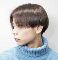 こんな風にセンター分けをしたらできる 横の真っ直ぐな髪型はどうやったら出来ますか? センター分けをしたい訳ではなく真っ直ぐな髪型にセットしたいです。