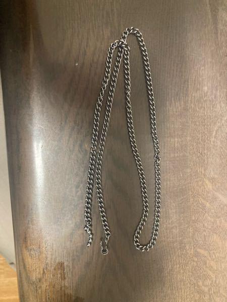 家の前にこれが落ちてました。高ければ警察にでも届けようかなと思いました。 これはどちらのネックレス商品か分かりますでしょうか? シルバーとかは書いてないので安そうではありますが。 止める部分にはNISSA30とあります。