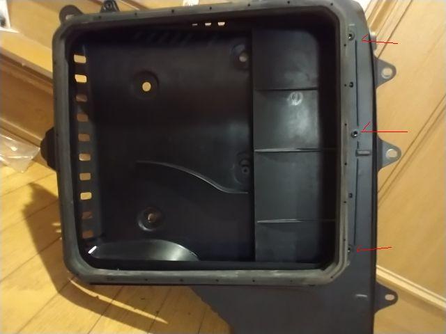 自動車部品 樹脂パーツの結合について質問です。 自分の車にはボンネットにエアインテークがあって、少々いじろうかと ボンネットを開けて、空気取込部分を外してみました。(1枚目の画像) そうすると...