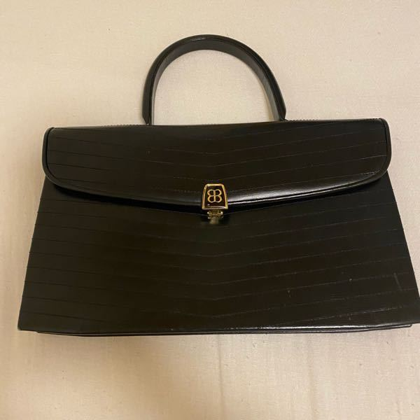 このバッグの相場や商品名などを詳しい方教えてほしいです! 調べても出て来なかったです 叔母から頂いたものですが、コロナのため資金にしたいとかんがえてます汗 バレンシアガのバッグです!