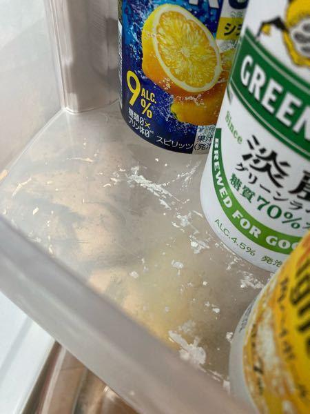 冷蔵庫の中の結晶?カビ? 冷蔵庫の中に白い結晶のようなものが 出来るようになりました。 特に飲み物の容器の下が酷いです。 これはカビでしょうか? それとも湿度や温度が原因でできるものでしょうか? 原因がわからず処理に困っています。 何かアドバイス頂けると有り難いです!
