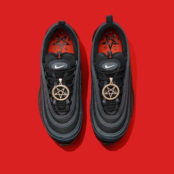 Lil Nas Xの販売していた靴の金の星の部分の周りに字が書いてあるんですが、なんで書いてあるんですか?