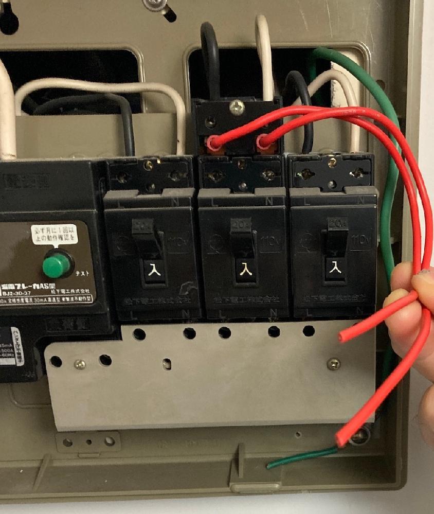 電工2種を持っています。 マンションのブレーカーを見たのですが、画像のように安全ブレーカー上にアタッチメントがついていて、そこからケーブル(VVFではない。ドアフォン用の通信線を伸ばしていたのでしょうか)が出ています このアタッチメントは、VVFを追加接続しやすくするためのものでしょうか。 赤のケーブルを外してVVFを接続、配線を追加することは可能でしょうか(容量の問題は別にして) ペーパーの電工でまだまだ勉強中です。。 よろしくお願いいたします。