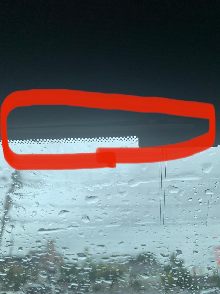 車のテレビアンテナについて 車のテレビアンテナをディーラーにて取り付けたと思われるのですが、とにかく映りが悪いです。ワンセグにすぐ切り替わります。 ふとアンテナを見たらフロントガラスの黒いフチの所に被っています。これは大丈夫なんでしょうか?