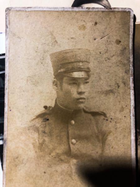 この軍人の帽子と軍服からいつ頃からいつ頃まで使用されていた年代は測定できますか? 陸軍だとはわかりますが、古過ぎてわかりません。 宜しくお願いします キーワード 帝国陸軍 海軍 兵士 軍人