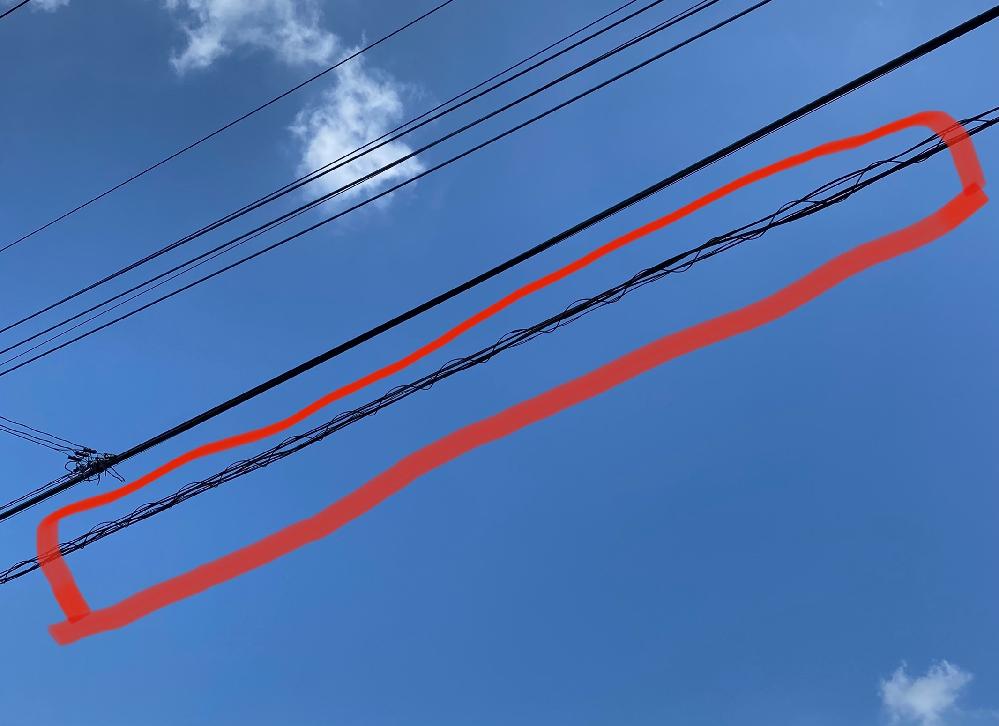 電信柱から伸びてるこの線って何の線ですか? これだけぐるぐる巻きなので気になりました。 インターネット関連ですか?