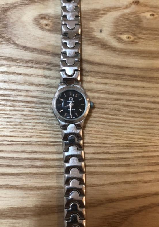 先日部屋の片付けをしていたら見つけた腕時計です。 腕時計に全く関心がなく、残しておいても場所を取るので1円にでもなるなら質屋さんに持ち込みたいのですが、全く価値のないものだと無駄足になってしまうので、参考までにこの腕時計の型やおおよその価値など教えていただきたいです。