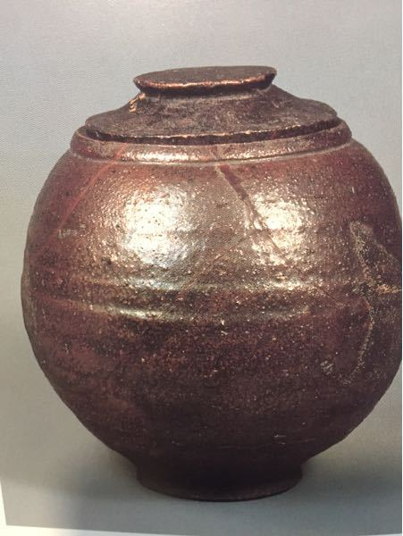 芋がしら 南蛮水指と言うものがあります。写真は永青文庫蔵のものですが、通常これらは東南アジアで焼かれた「日用雑器」を茶道具として見立てたと言われてますが、本当にそうでしょうか?もしそうなら、現地...