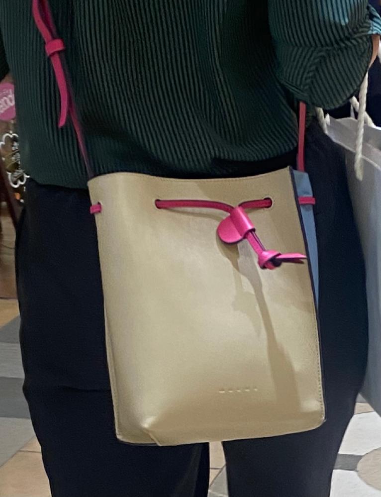 このバッグどこのブランドのものかお分かりになられる方いらっしゃいますでしょうか?? 持ち手がショッキングピンクで、 ボディがオフホワイト〜ベージュ、 サイドが薄いブルーグレーで 配色がとっても素敵で一目惚れしてしまいました、、。