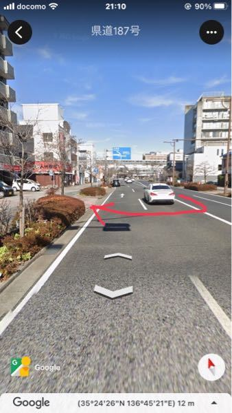 写真のように右側の車線から左の歩道に入ることはできますか? また、入れるのであれば入る際に車線の右側に寄りますか?