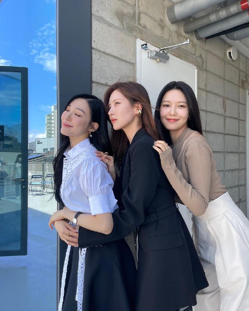 画像は少女時代のソヒョン(中央)の左隣、右隣にいるのは(ソヒョンと同じ少女時代のメンバー)の誰でしょうか?