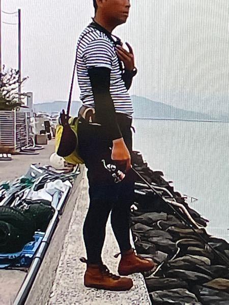 釣りのファッションについて。 最近、海釣りや湖でのルアー釣りを再開させたのですが、以前と違い妙なファッションが釣り人の間で流行っている事に違和感を感じます。 妙なファッションとはタイツ。 湖でも海でも、定期的にタイツファッションの釣り人を見かけます。 蚊対策かな?と思いましたが、半袖にタイツとか、それなら普通に長ズボンでいいように感じます。 そもそも、タイツ姿が志茂田景樹みたいでオカマっぽい。 なぜ、釣り人の間でタイツファッションが流行ったのでしょうか? 知ってる方、自分もタイツファッションだという方、意見をお願いします。
