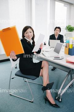 職場でこんな感じで座る人がいますが、 皆さんはどの場面で脚を組むことが多いですか? A 休憩中 B 自分の席で事務仕事中 C 同期や後輩と対面中 D 上司や先輩とかしこまった場面でない時 E 会議やミーティング中 F 特に状況関係なく