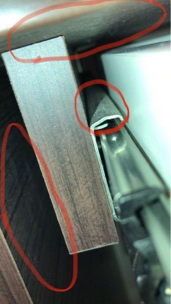 この画像の赤い丸の3箇所の部分はカビでしょうか? 机の引き出しの間なのですが… すみませんが、教えて下さい。 木屑や、ほこりにもみえます… テレビ棚のレール部もこうなっています。 綿棒で確かめ...