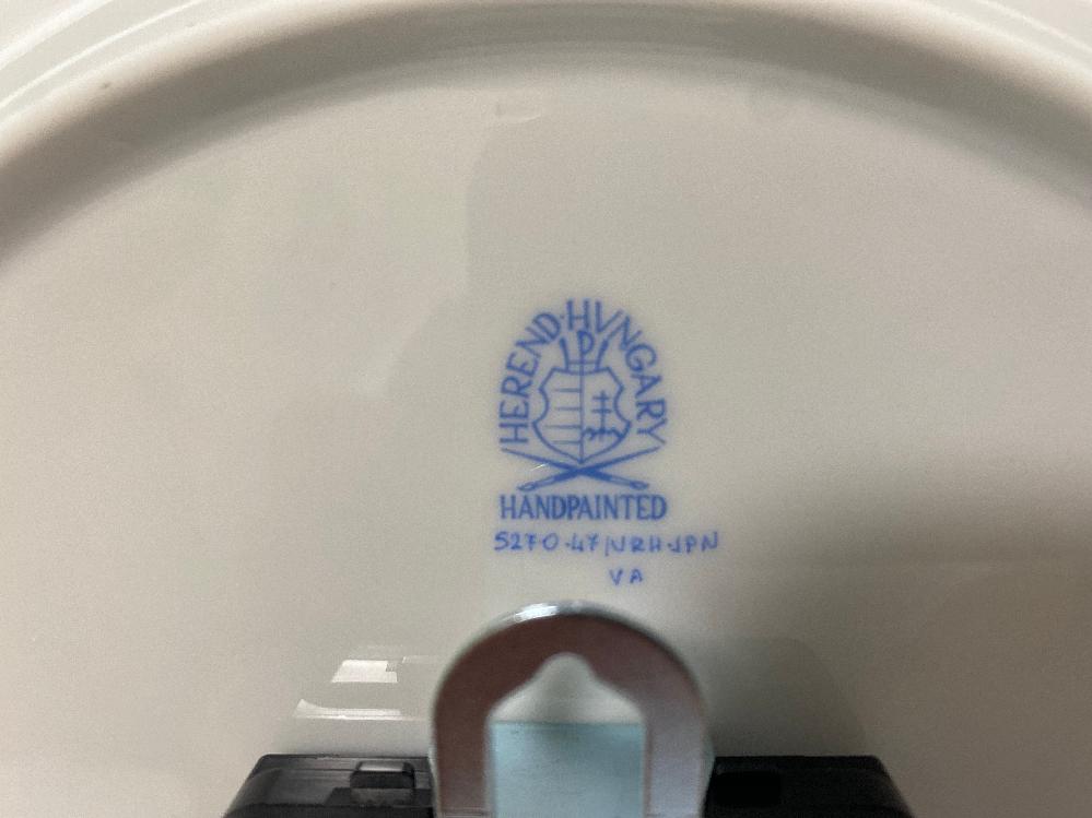 ヘレンド ハンガリーの時計のバックスタンプですが、こちらは正規品でしょうか?ロゴの下の手書きの表示の意味を教えてください。