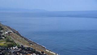 海の色について 新潟県柏崎市から撮影した海の画像になります。 海が白っぽい部分があると思うのですが、これはなぜ白くなっているかわかる方いませんでしょうか。 出来れば真っ青な海の写真を撮影したく、どのような条件でそうなるのか、知りたいです。 ちなみに撮影した日は 2021/09/16 07:30 気温18.5° 湿度約85%です。