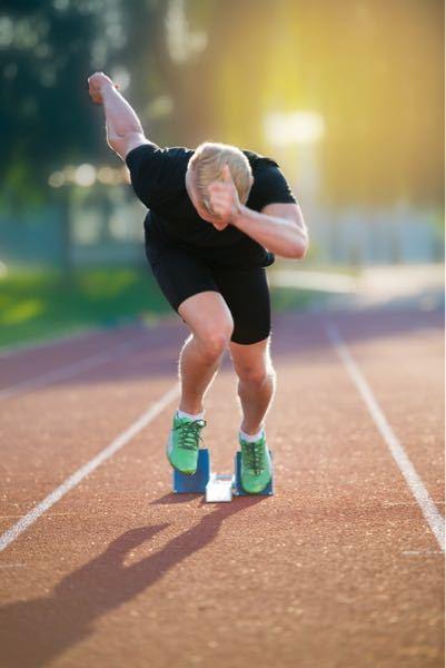 陸上経験者に質問です。短距離走の最初の4歩くらいの加速の時にプロの選手と比べて腕が前にいかないのですが、何がダメなのか知りたいです。 意識して走るのですが、加速時に腕を頭まで上げる理由が分からな...