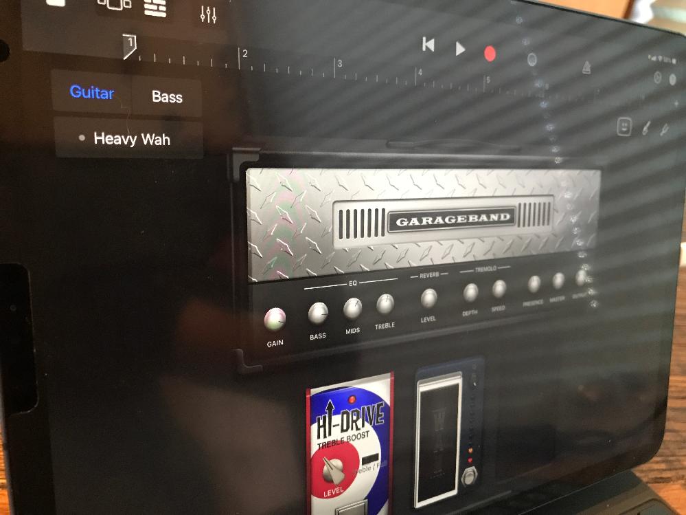 iPad Pro GarageBandについて。 エレキギターの録音をしたて iRigを購入しました。 早速GarageBandに接続し ①AMPを選択 ②ディストーションを選択 この時点で録音...