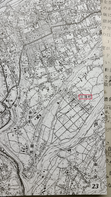 以下の写真は沼須町の2500分の1の地形図である。次の問沼須町の地形や土地利用について下の文章に該当する語を答えよ。 沼須町付近の段丘面(前の問で段丘面であることは判明している)は低い土地は(a. ) 高い土地は(b. )や果樹園に利用されている。 答えはaが水田、bが畑なのですが、なぜこのような回答になるか分かりません。 回答根拠を示して頂きたいです。 お願いします!