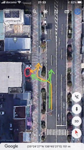 駐車について。 写真の場所にバック駐車するのであれば、頭から歩道に突っ込んでから歩道内でバック駐車しますか?(黄) それとも、車道からバックで歩道に入りますか?(緑)